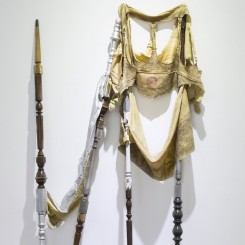 《Lazarus 2》,乳胶、金箔、旧家具腿,198×92×12cm,2016年