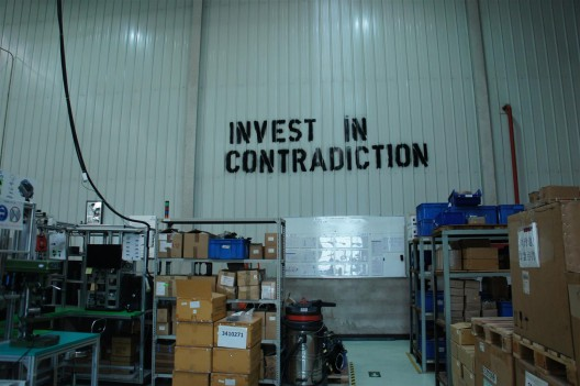 """在北京伯纳德控制设备有限公司的社会敏感性研发部,项目2,马永峰,《新""""大字报""""》,(图片由社会敏感性研发部提供)/ Social Sensibility R&D Department at Bernard Controls China, Project no.2, Ma Yongfeng, """"Invest in Contradiction"""". Courtesy Social Sensibility Research Institute"""