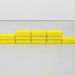刘辛夷《安全第一》 2016,玻璃纤维及油彩,34.5 × 340 × 36 cm 图片由MDC画廊、空白空间提供