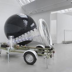 《龙卷风转向器》 装置,铝板、聚酯、塑料、尼龙、上涂料的钢架构、LED、橡胶、汽车电池、变压器、电缆、灯,2012 / 《Tomado Diverter》 installation 2012