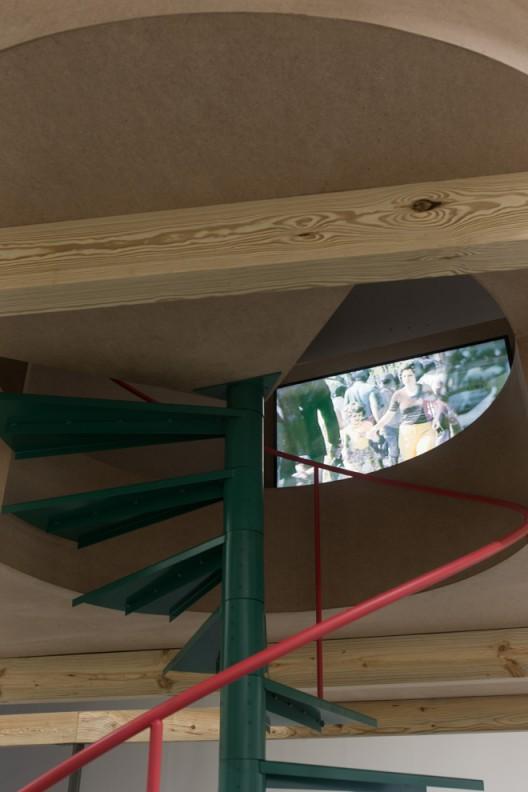 安洁拉.费瑞拉,《倾向遗忘》,多媒体影像装置,雕塑:密集板,松木条、铁,液晶显示器;460×565×415公分,七幅照片:喷墨输出;70x100公分,录像:16:9,彩色,有声;15分钟循环播放,片长19分15秒,2015(艺术家与Filomena Soares画廊提供