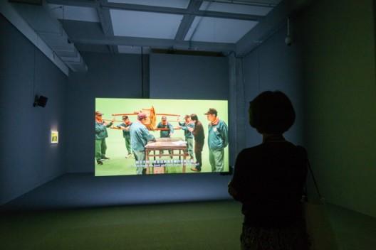 许家维,《神灵的书写》,双频道录像装置,片长9分45秒,制片人:Le Fresnoy,联合制片人:尊彩艺术中心
