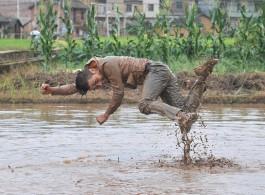 Li Binyuan, Freedom Farming, 2014, Single-channel video, 4:30 minutes 厉槟源,,2014,单频道录像,4分30秒