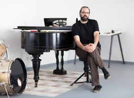 Composer Ari Benjamin Meyers in seinem Studio in berlin Kreuzberg.