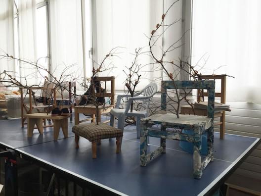 无墙,水泥乒乓球桌、儿童凳子、树枝、蝉壳,700x500x200cm,2017