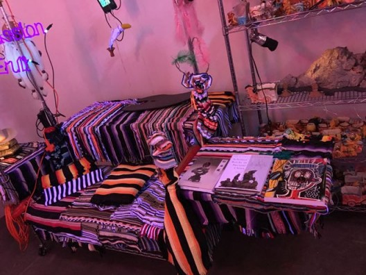 "Jason Rhoades, ""The Black Pussy…and the Pagan Idol Workshop"" , 2005 贾森·罗兹,《黑屄与异教偶像工坊》,2005"