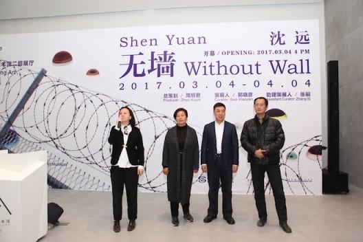 北京民生现代美术馆副馆长郭晓彦主持展览开幕式
