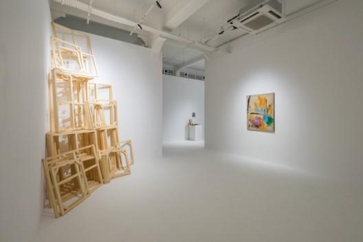 """Installation view of """"Zhu Jinshi—Presence of Whiteness"""" """"朱金石:颜料的空缺""""展览现场"""