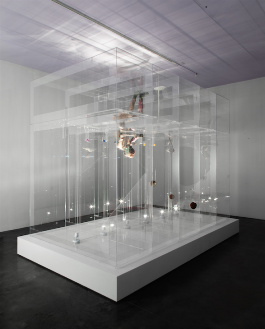 "David ALTMEJD, ""The Eve"", 2014, Plexiglass, polystyrene, polyurethane foam, quartz, epoxy clay, epoxy gel, synthetic hair, glass eye, resin, coconuts, steel, sesame seeds, synthetic flower, synthetic branch, flock, metal wire, lighting system including fluorescent lights, thread, 302 × 244 × 399 cm, Courtesy of the K11 KollectionDavid ALTMEJD,《The Eve》,2014,Plexiglas亞加力膠板、聚苯乙烯、聚氨酯泡沫、石英、環氧粘土、環氧凝膠、人造頭髮、玻璃義眼、樹脂、椰子、鋼、芝麻籽、人造花、人造樹枝、棉束、金屬絲、照明系統包括螢光燈、線,302 × 244 × 399公分,鳴謝K11藝術典藏"