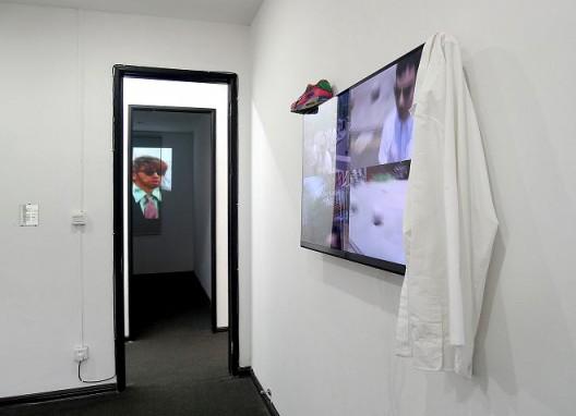 "刘野夫,《小拉尔夫》,视频,2015,(左);《浮点》,单通道高清视频装置,2015,(右) / liu yefu, ""ralph rockefeller jr"",video, 2015 (left); ""floating point"",single channel hd video installation, color, sound, 2015(right)"