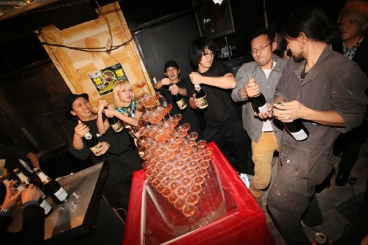 Chim↑Pom的成员在开幕派对上祝酒(摄影:YUKI MAEDA) / Chim↑Pom members make a toast at the opening party (photo by YUKI MAEDA)