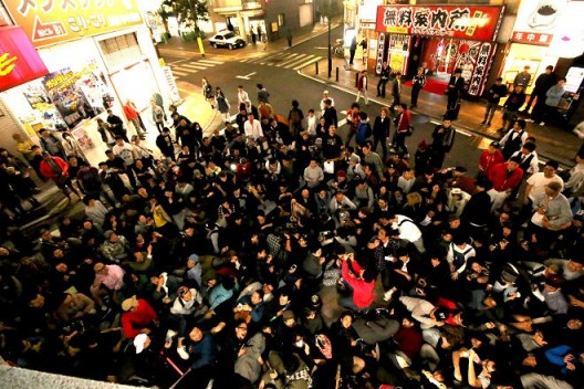 聚集在实验剧团Akumanoshirushi的人群(摄影:YUKI MAEDA) / Crowd gathering around experimental theater group Akumanoshirushi (photo by YUKI MAEDA)