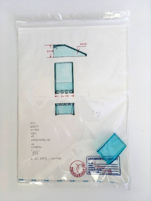 承载于独立胶袋中的三十件[身份不明物]及该物之A4素描,编号3,1993
