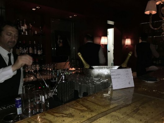 我去了一场派对,那里有大约四十人并且他们看上去令人讨厌,音乐是死气沉沉的,鸡尾酒35欧元、啤酒35欧元且水要5欧元。为此,我离开了 I went to a party, there were about 40 people and they looked obnoxious, the music was stagnant, cocktails were 35 euros, beer was 35 euros and water was 5 euros. So I left.