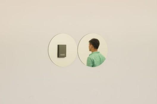 """费利克斯·冈萨雷斯-托雷斯,《""""无题"""" 》(三月五日)#1,镜,12 × 24英寸,两件:每件直径12英寸,1991年。""""费利克斯·冈萨雷斯-托雷斯"""",展览现场。上海外滩美术馆。© 2016年9月30日–12月25日。策展人:拉瑞斯·弗洛乔,李棋。© 费利克斯·冈萨雷斯-托雷斯基金会。纽约安德烈娅·罗森画廊惠允 Felix Gonzalez-Torres, """"Untitled"""" (March 5th) #1, mirror, 12 x 24 in. overall, two parts: 12 in. diameter each, 1991. Installation view: Felix Gonzalez-Torres. Rockbund Art Museum, Shanghai, China. 30 Sept. – 25 Dec. 2016. Curs. Larys Frogier and Li Qi. © The Felix Gonzalez-Torres Foundation. Courtesy of Andrea Rosen Gallery, New York"""
