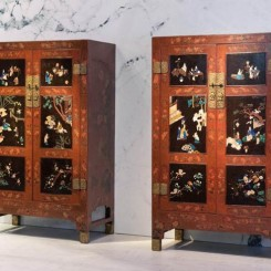 Pair of cabinets 大櫃一對, Qiangjin and Caihua lacquer on red background embellished with baibao inlay 紅底戧金/彩繪、百寶嵌, 清代 Qing Dynasty 18世紀早期 early 18th century, 127 x 198 x 63.5 cm each