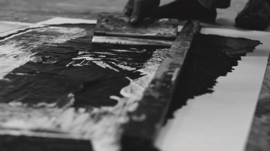 插图7 郑重宾使用尺子进行创作, 二〇一三年三月九日。