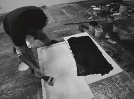 插图8 郑重宾使用白色丙烯作画。 二〇一二年八月十八日。