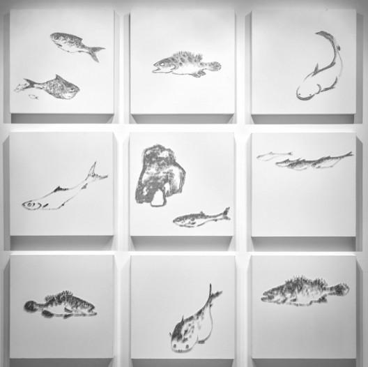 陳浚豪 Chen Chun Hao,臨摹八大山人魚閑圖 Imitating Fish by Bada Shannen,2017. 不鏽鋼蚊釘、畫布、木板 Mosquito nail, canvas, and wood,60 x 60 cm x 9 (image courtesy the artist and Tina Keng Gallery)