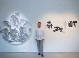 藝術家於展覽現場 Artist at the exhibition vernissage  (image courtesy the artist and Tina Keng Gallery)