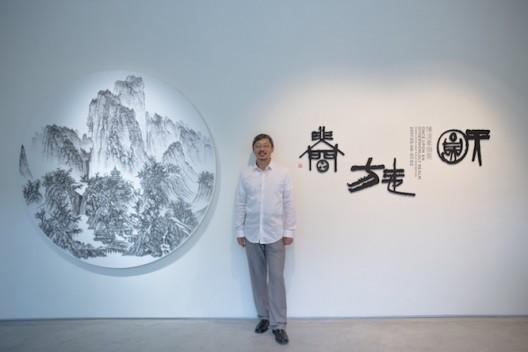 藝術家於展覽現場 Artist at the exhibition vernissage  (image courtesy the artist and Tina Keng Gallery)