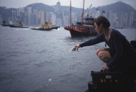 "Inga Svala Thorsdottir & Wu Shanzhuan, ""Pouring Bottled Water into the Victoria Harbour"", Cibachrome, 181.7 x 124.5 cm, 1993(Courtesy of Long March Space) 吴山专 & 英格-斯瓦拉·托斯朵蒂尔,《往维多利亚港中倒矿泉水》,CB相纸,181.7 x 124.5 cm,1993(图片由长征空间提供)"