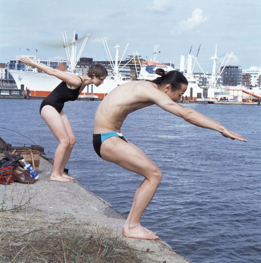 "Inga Svala Thorsdottir & Wu Shanzhuan, ""Posing for Swimming"", Cibachrome, 125.3 x 124.6 cm, 1994(Courtesy of Long March Space) 吴山专 & 英格-斯瓦拉·托斯朵蒂尔,《为游泳的姿势》,CB相纸,125.3 x 124.6 cm,1994(图片由长征空间提供)"