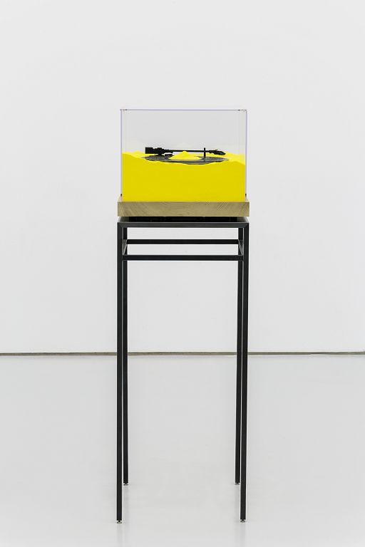 "《吱呀1》,黑胶唱机, 扬声器, 沙, 玻璃, 木, 金属,48 × 43 × 137 (h)cm,2016 ""Creak and Groan 1"", turntable, speaker, sand, glass, beech, metal, 48 × 43 × 137 (h)cm, 2016"