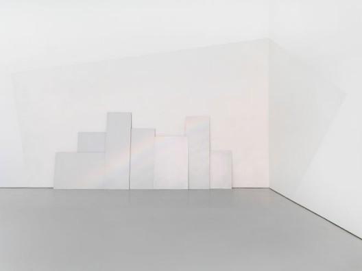 "《彩虹》,玻璃微珠,铝板,灯,245 × 560cm,2017 ""Rainbow"", glass microspheres, aluminum panel, light, 245 × 560cm, 2017"