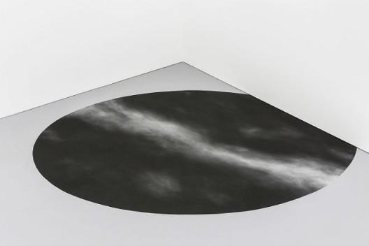 """《星空》,黑钢玉砂,白钢玉砂,长轴 900cm; 短轴 520cm,2017 """"Star Field"""", black corundum, white corundum, major axis: 900cm; minor axis: 520cm, 2017"""