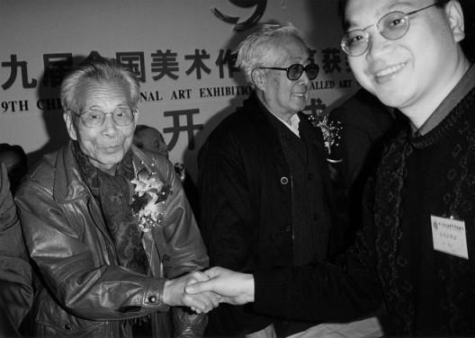 1999年,第九届全国美术作品展上,郑力的《书香门第》获金奖,吴冠中先生颁奖。(图片由艺术家及汉雅轩提供) 9th National Exhibition of Fine Arts, ZHENG Li's Aura of the Literati was awarded Gold medal, which was presented by the celebrated painter WU Guanzhong, 1999. (Image Courtesy of the Artist and Hanart TZ Gallery)