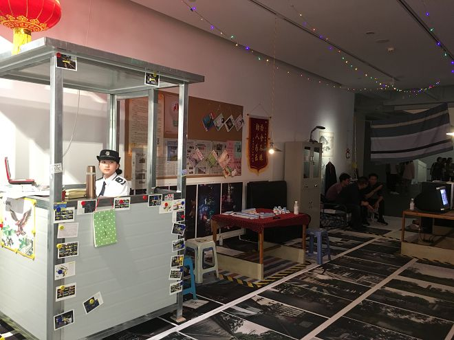 """N-office (Zhu Ye & Wei Haoyan) catalogues, archives and reconstitutes local community and official narratives, in """"Secrets of the Streets"""" as part of the Create Spaces exhibition, installation, dimensions variable (courtesy of the artist)  嗯工作室(朱晔&魏皓严),《街道的秘密:成都》展现了,装置,尺寸可变,2017(图片由艺术家提供)。在展览""""创造空间""""中呈现的这件作品里,嗯工作室把当地社区和官方叙述编入目录、收集归档并重建。"""