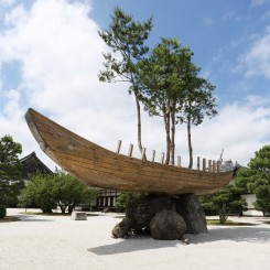 "Cai Guo-Qiang, ""Bonsai Ship: Project for Kyoto Culture City of East Asia"", 2017 (Photo: Koroda Takeru) 蔡国强《Bonsai Ship: Project for Kyoto Culture City of East Asia》,2017(摄影:Koroda Takeru)"