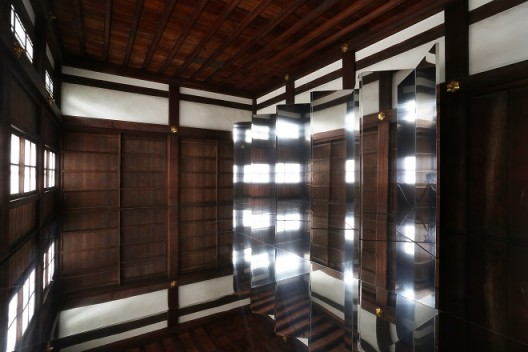 "Kimsooja, ""Encounter—A Mirror Woman"", site-specific installation consisting of mirror screen and mirror floor panels, dimensions variable, 2017 (Courtesy of Kimsooja Studio; photo: Koroda Takeru) Kimsooja《Encounter—A Mirror Woman》,特定场域的装置作品,由镜面屏风和镜面地板构成,尺寸可变,2018(图片由Kimsooja工作室提供,摄影:Koroda Takeru)"