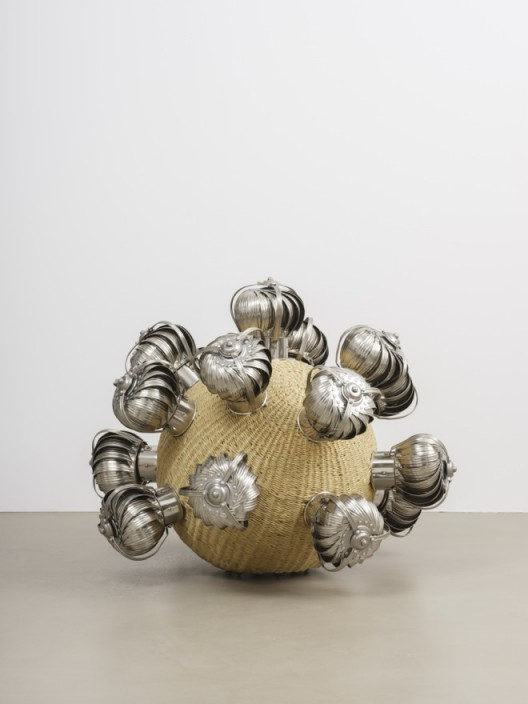 The Intermediate – Psychic Turbine Vents Ball 2017 Paille artificielle, cadre en acier inoxydable, thermolaquage, turbine à vent, fil d'acier / Artificial straw, stainless steel stand, powder coating, turbine vents, casters 92 x 120 x 120 cm / 36 2/8 x 47 2/8 x 47 2/8 inches HY17 13 Courtesy of the artist and Galerie Chantal Crousel, Paris Photo : Florian Kleinefenn