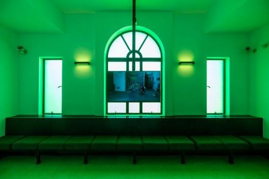 李明,《烟士披里纯:第二章—安全出口》,2017年,三频道高清录像装置,彩色,有声,14分17秒,4分30秒 Li Ming, Inspired by Transliteration– Chapter Two: Emergency Exit, 2017, three-channel HD video installation, color, sound, 14'17'', 4'30''