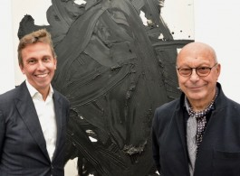 Axel and Boris Vervoordt in front of a work by Gutai artist, Kazuo Shiraga, at frieze London 2018 (photo Chris Moore) 2018年在弗里兹伦敦,站在具态派艺术家白发一雄作品前的阿塞尔和鲍里斯·维伍德(摄影:墨虎恺)