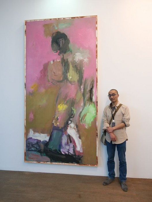 "Prizewinner Zhong Xueqing with his painting ""Walking on thin ice"" 大奖得主钟学庆与作品合影"