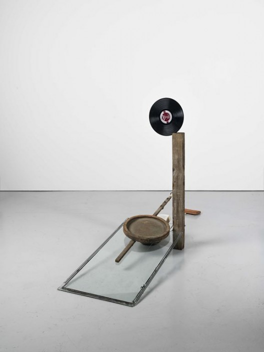 Abraham Cruzvillegas The hare with amber eyes 2015 Pierre, bois, brique, verre, papier, argile, fils de téléphone, disque vinyle, jauge Stone, wood, brick, glass, paper, clay, phone wire, vinyl record, dipstick 125 x 245 x 55 cm Courtesty of the artist and / de l'artiste et de la Galerie Chantal Crousel, Paris. Photo : Florian Kleinefenn