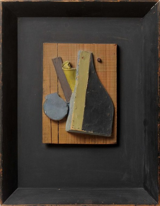 Kurt Schwitters Sans Titre (Merzrelief, Blau, Beige) 1942 Relief, huile, bois, plâtre et tôle sur panneau de bois / Relief, oil painting, wood, plaster and metal sheet on a wooden panel 24.7 x 18.5 cm | 49.8 x 38.5 x 6.5 cm (framed/encadré) Courtesy Galerie Natalie Seroussi & Galerie Zlotowski.