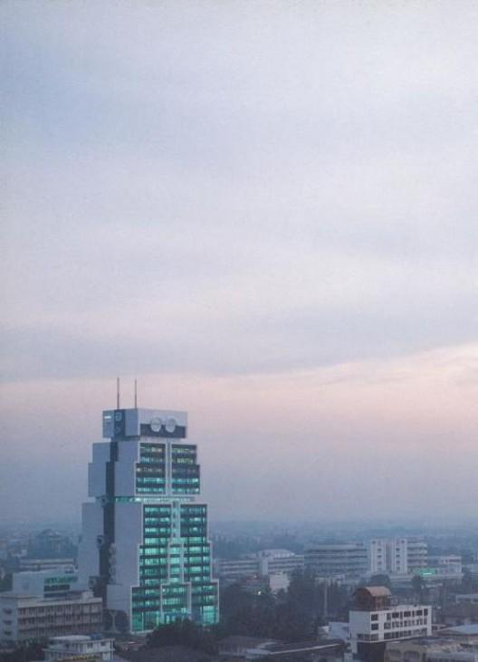 Sumet Jumsai. Photograph, United Overseas Bank Bangkok Headquarters (formerly the Bank of Asia Headquarters), 1986. Printing ink on paper. M+, Hong Kong. Gift of Sumet Jumsai, 2017. © Sumet Jumsai. 书梅春塞,大华银行曼谷总部(前身为亚洲银行总部),1986年。油墨印刷纸本, M+,香港,书梅春塞捐赠,2017年 . 书梅春塞。