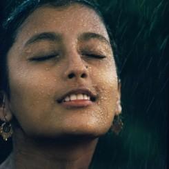 "Brian Brake. ""Monsoon girl"" (Aparna Das Gupta), India, 1960. From the series ""Monsoon"". Collection Museum of New Zealand Te Papa Tongarewa, gift of Wai-man Lau, 2001.   布莱恩•布瑞克,季风系列之《""季风女孩"",印度》,1960。新西兰国家博物馆藏品。刘惠文先生于2001年捐赠。"