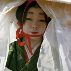 Brian Brake. Woman in Heian Period costume, Festival of the Ages, Kyoto, Japan, 1963. Collection Museum of New Zealand Te Papa Tongarewa, gift of Wai-man Lau, 2010. 布莱恩·布瑞克,《时代祭时身穿平安时代服饰的女士,日本京都》,1963。新西兰国家博物馆藏品。刘惠文先生于2010年捐赠。