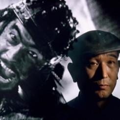Brian Brake. Film director Akira Kurosawa standing before an image of his principal star, Toshiro Mifune, Tokyo, 1963. Collection Museum of New Zealand Te Papa Tongarewa, gift of Wai-man Lau, 2001. 布莱恩•布瑞克,《电影男主角三船敏郎影像前的黑泽明导演,日本东京》,1963。新西兰国家博物馆藏品。刘惠文先生于2001年捐赠。