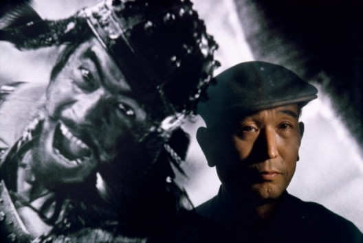 Brian Brake. Film director Akira Kurosawa standing before an image of his principal star, Toshiro Mifune, Tokyo, 1963. Collection Museum of New Zealand Te Papa Tongarewa, gift of Wai-man Lau, 2001. 布莱恩•布瑞克,《电影男主角三船敏郎影像前的黑泽明导演,日本东京》,1963。新西兰国家博物馆藏品。刘惠文先生于2001年捐赠。