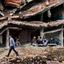 Steve McCurry. A ruined building, Kabul, Afghanistan, 2002. © Steve McCurry. 史蒂夫•麦凯瑞,《颓垣,阿富汗喀布尔》,2002 © 史蒂夫·麦凯瑞