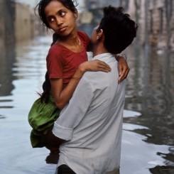 Steve McCurry. A flooded street, Porbandar, India, 1983.  © Steve McCurry. 史蒂夫·麦凯瑞,《水淹街头,印度博本德》,1983 © 史蒂夫·麦凯瑞