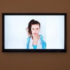 "藤原西芒,《瑞贝卡》,2012,综合媒体装置,尺寸不定 © 图片由艺术家、利兹美术馆及施博尔画廊提供 Simon Fujiwara, ""Rebekkah"", 2012, mixed media installation, dimensions variable © courtesy the artist, Leeds Art Gallery (Leeds), and Esther Schipper (Berlin)"