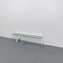 """何意达,《无题》,2018,锡箔,不锈钢,玻璃,石膏粉,112 x 95 x 27.5 cm 玻璃部分: 27.5 x 18 x 100 cm © 图片由艺术家与马凌画廊提供 He Yida, """"Untitled"""", 2018, tin foil, stainless steel, glass, plaster 112 x 95 x 27.5 cm glass: 27.5 x 18 x 100 cm © courtesy of the artist and Edouard Malingue Gallery"""