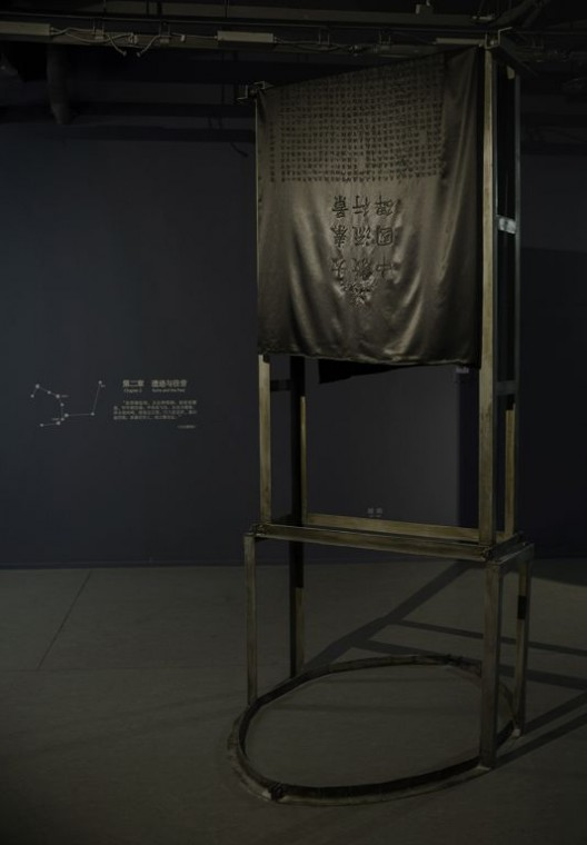 胡昀,《收件人不详》,装置,手工真丝刺绣、金属支架,尺寸可变,2016-2018 Hu Yun, address unknown, installation, handmade silk embroidery, metal structure, variable sizes, 2016-2018